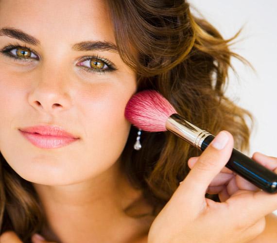 Egy rózsaszínes pirosító csodákra képes. Szó szerint eltünteti a fáradtság jeleit. Ne csak az arccsonton, hanem az orron, az állon és a homlok is használd, de csak finoman, a természetes hatás kedvéért.