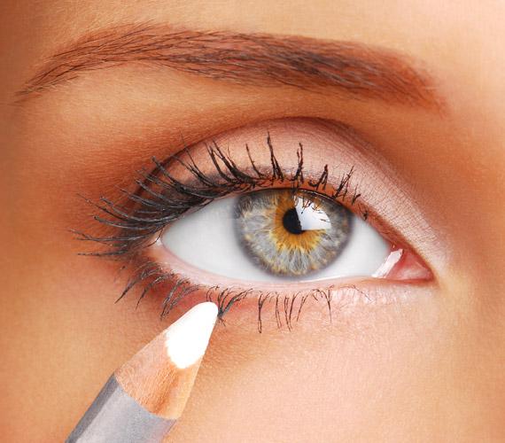 Sminkeléskor felejtsd el a sötét alsó kontúrt, ami kihangsúlyozza a karikákat a szemed alatt. A fehér szemceruza viszont segít abban, hogy kipihentnek tűnj, ráadásul a szemedet is nagyobbnak mutatja.