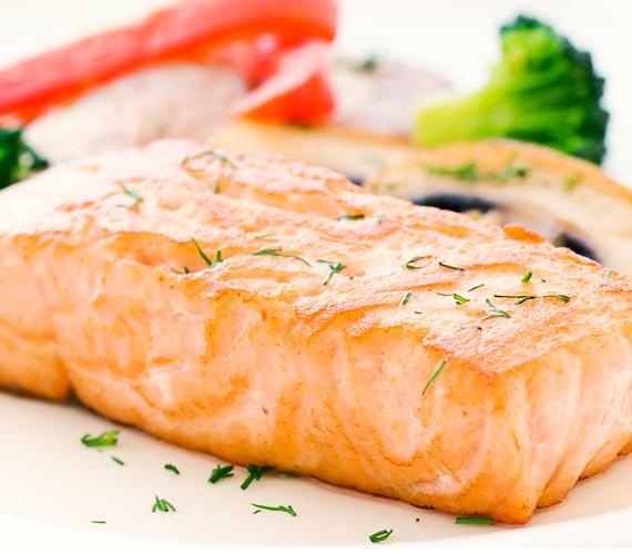 A vacsora legyen fehérje és zöldség. A só, a cukor és az alkohol vizet tart vissza, amitől puffadt lesz a bőr. A nehéz ételek megemésztése az álmot is elűzheti.