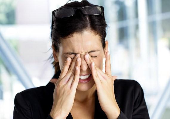 Piros szemHa piros a szemed, az nemcsak a monitor bámulásától fordulhat elő, hanem krónikus gyulladás jele is lehet. Ennek megszüntetésében egy antioxidánsokban gazdag alkálidiéta segíthet, amely annyit tesz, hogy az étrendednek 80%-ban gyümölcsöket és zöldségeket, míg 20%-ban fehérjét, szénhidrátot vagy zsírokat kell tartalmaznia.