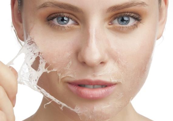 A bőrtónus megváltozása                         Amennyiben azt veszed észre a bőrödön, hogy rendkívül száraz és petyhüdt lett, egy ideig ne fogyassz sót vagy koffeint, gyorsan felszívódó szénhidrátot és alkoholt! A pajzsmirigy segítőjeként kölest viszont bátran ehetsz, főként, hogy közrejátszhat a hajszín fenntartásában is. Attól még energikus lehetsz a nap folyamán, hogy mellőzöd a kávét és afehér kenyeret, illetve tésztát.