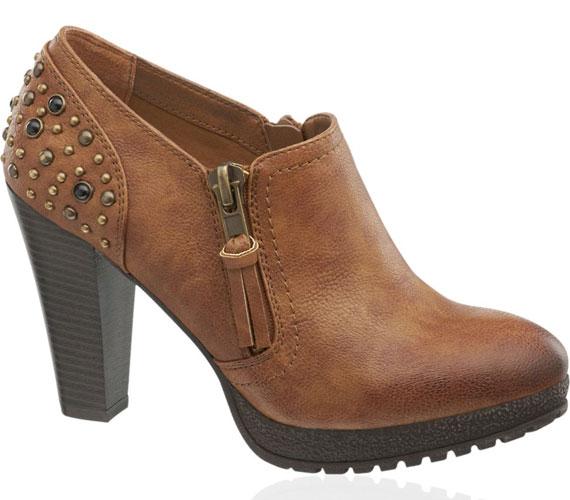 A bakancstalpú cipők még a csúszós járdán is biztonságosak, és ez különösen fontos egy magassarkúnál. A hátul díszített darab 7990 forint.