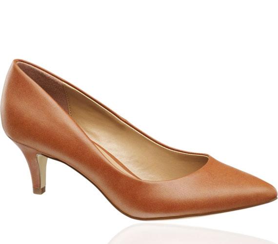 Ha nem szereted a túl magas sarkakat, de a nőies formákat igen, akkor válaszd ezt a törpesarkú cipőt, 4490 forintért.