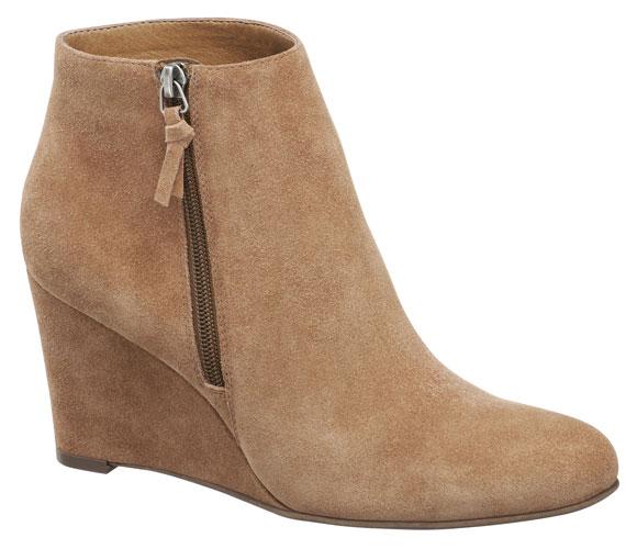 Az éktalpú, finom gombaszínű velúrbőr cipő azoknak jöhet jól, akik nem érzik, hogy feketébe kellene öltözniük az ősz beköszöntével. 8990 forintért viheted haza ezt a nőies, de kényelmes darabot.