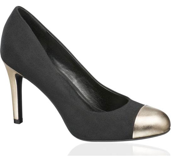 Fémszínű műbőr rátét dobja fel ezt a kerek orrú cipőt, ami 5990 forintba kerül.