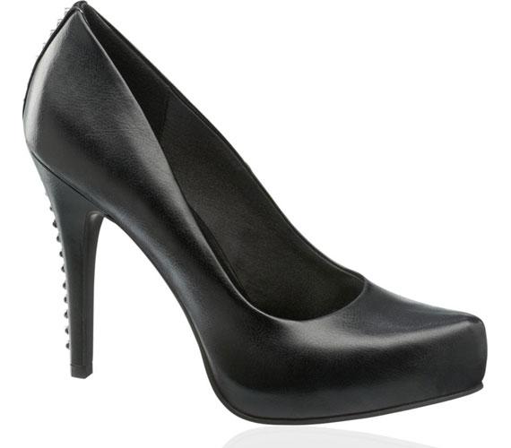 Csak egy sor finom szegecs húzódik végig a cipő sarkán, apróság, de mutatós. A cipő 6990 forintba kerül.
