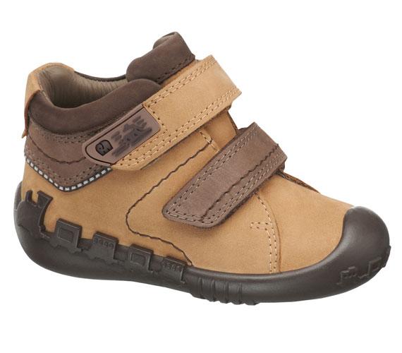 Kényelmes, vízálló cipő kisfiúknak, akik biztos, hogy imádni fogják az alul körbefutó vonatot. A cipő 9990 forintba kerül.