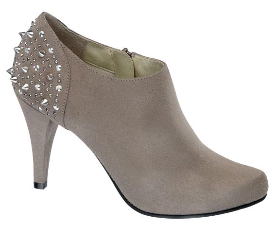 Ha szereted a színeket, és nem burkolózol feketébe ősszel sem, válaszd a nude változatot, mindkét cipő 7990 forintba kerül.