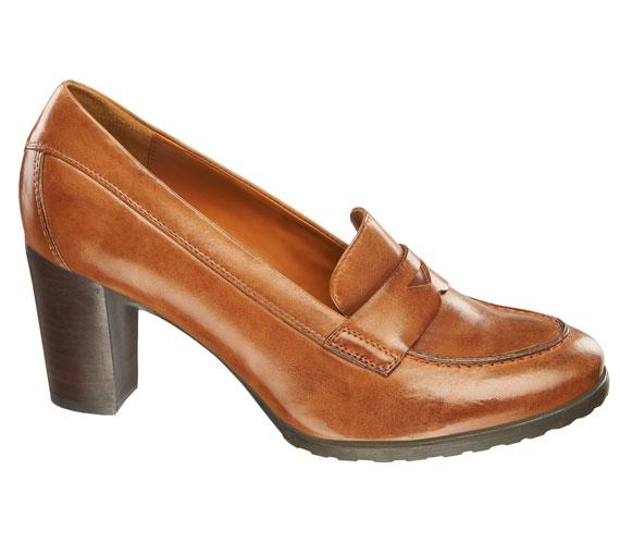 A kissé férfias szabású, ugyanakkor magas sarkú cipők kellemes színfoltjai az őszi szezonnak, jellemzően az őszi természet színeiben kerülnek a boltok polcaira, szoknyával és nadrággal egyaránt viselhetőek. Ez a szép okkerszínű cipő is 9990 forint.