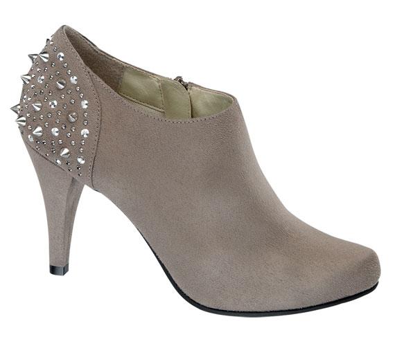 Ősszel is velünk maradnak a finom, halvány cipők, a még mindig divatos bokacsizmákat feldobja ez a szín és néhány rockosabb díszítőelem. A kényelmesen magas sarkú cipő 7990 forintba kerül.