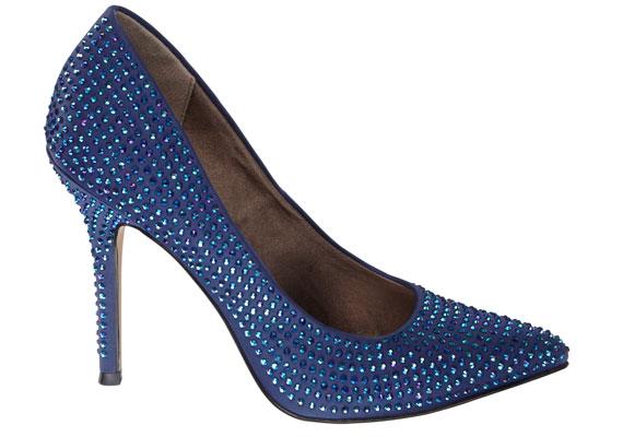 Ha az éjszaka királynőjének szeretnéd magad érezni, akkor ne habozz, és szerezd be ezt a királykék, klasszikus fazonú magas sarkú cipőt, amit a kristályok egészen különlegessé tesznek. 9990 forintért vásárolhatod meg.