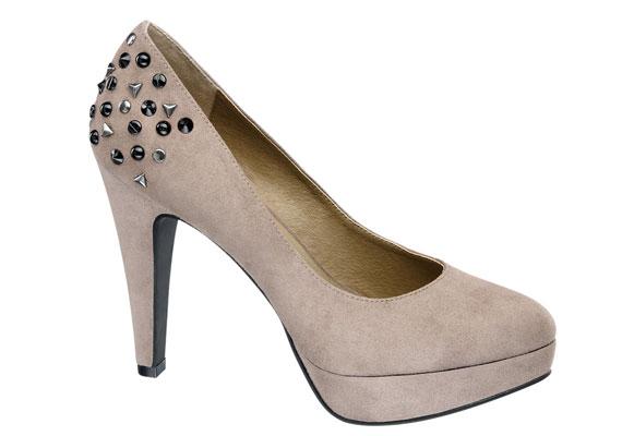 A platformos cipők azért jók, mert kényelmesebbek a lábnak a klasszikus körömcipőknél. A finom pasztellszínek ősszel sem mennek ki a divatból, de most megbolondítja őket egy kevés szegecs. A cipő 6490 forintba kerül.