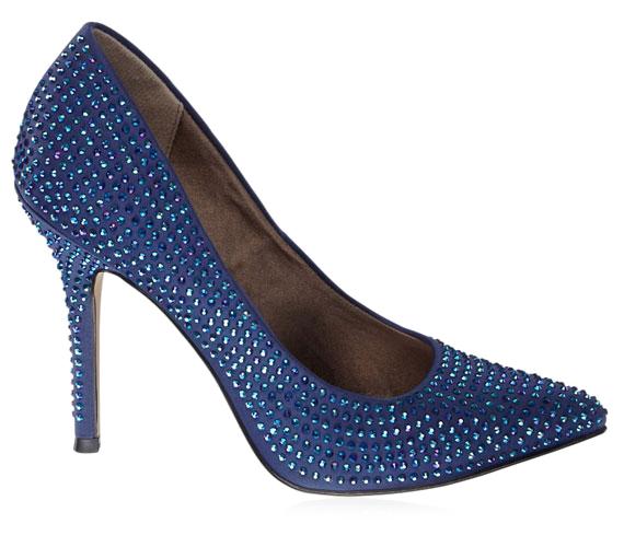 Ha szereted a strasszokat, akkor neked való ez az éjkék cipő kristályokkal. 9990 forintba kerül.