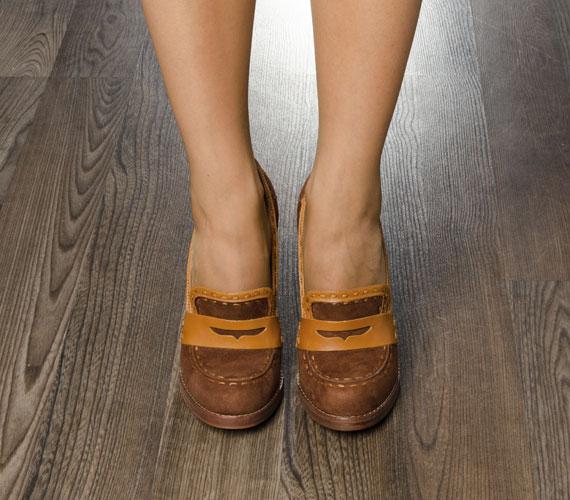 Az egyszerű barna cipők, a férfias szabású darabok arra utalnak, hogy viselőjének nem fontosak a külsőségek, és ezt mástól sem várja el.