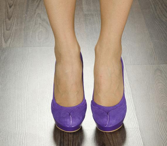 A színes, nőies magas sarkú cipők vidám személyiséget takarnak, aki nem veszi túl komolyan az életet.