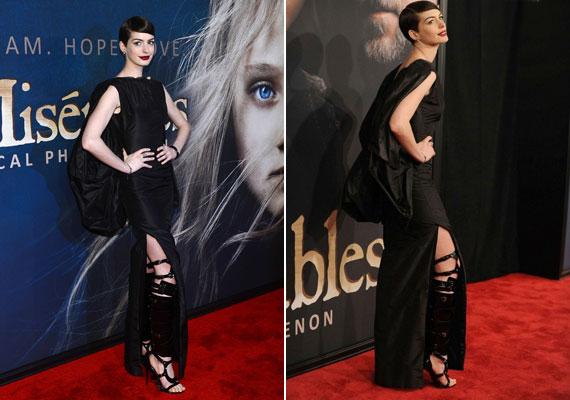 Anne Hathaway csizmája inkább egy lábkiegyenesítőre hasonlít, és elég furán veszi ki magát.
