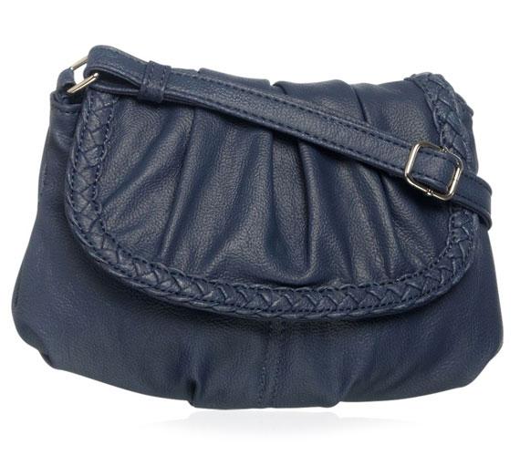 Egy kellemes szombat délutáni mozizáshoz vagy sétához tökéletes ez a kisméretű táska, több színben is kapható, 2490 forintért.