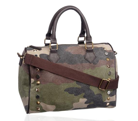 A sportos trendet tökéletesen kiegészíti a camouflage mintás táska, ami 4990 forintba kerül.
