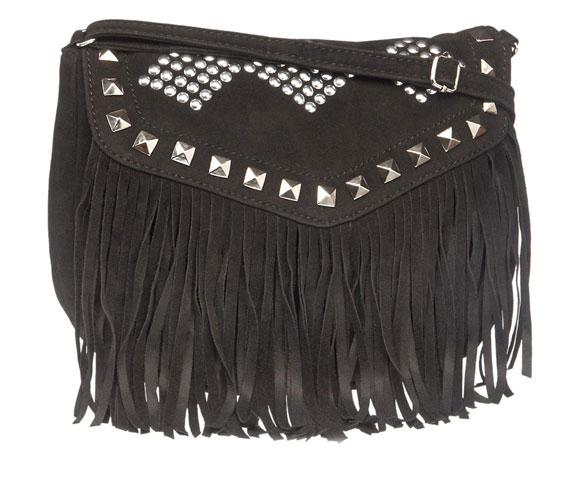 Bohókás vagy western szetthez tökéletes kiegészítő ez a rojtos táska, ami 3990 forintba kerül.