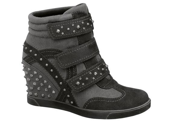 A magasított sarkú, edzőcipőre hajazó wedge cipők lesznek az ősz slágerei, kényelmesek és praktikusak. Ez a strasszos szürke cipő 9990 forintba kerül.
