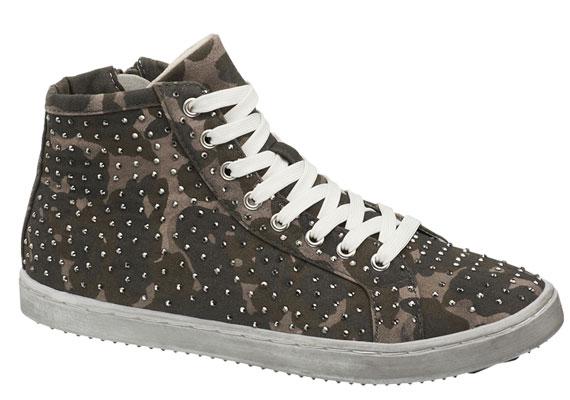 Kicsit diszkrétebb csillogást biztosít ez a magasított szárú, camuflage mintás, kényelmes cipő, ami 6990 forintba kerül.