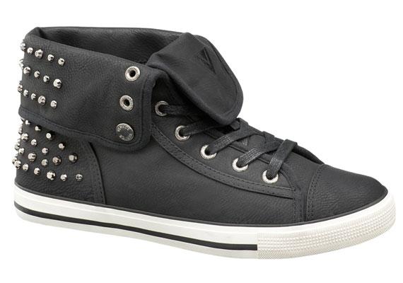 Ha szereted a magasabb szárú cipőket, akkor válaszd inkább ezt a szintén szegecses-rockos, fűzős cipőt, 6990 forintért.