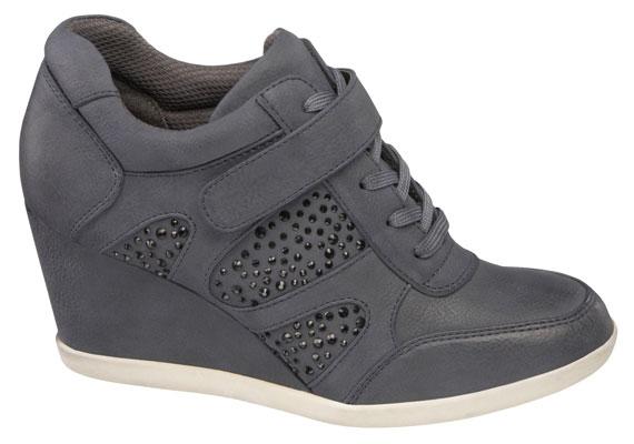 Választhatsz egy picit egyszerűbb darabot is, mint ez a szürke, alacsony szárú cipő, ami 6990 forintba kerül.