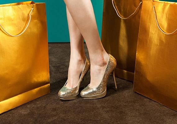 Apropó, magassarkú - sokan vesznek fel olyan cipőt, aminek már túl magas a sarka, és emiatt már nem lehet benne szépen menni. Nagyon csúnya és nagyon gyakori baki, mikor egy nő csetlik-botlik a cipőjében.