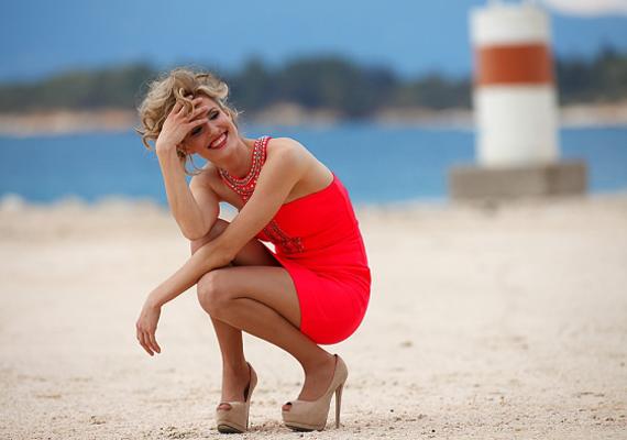 Az úgynevezett jó nők hajlamosak alkalomhoz nem illő viseletbe bújni, csak hogy mutogathassák bájaikat. Ezt a bakit követte el a képen látható, tengerparton magassarkúban és miniruhában guggoló hölgy is.