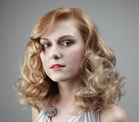 Ugyanez a frizura szőkében. Ha valakinek kevés a haja, akkor a szőke azért jó választás, mert egybeolvad a fejbőrrel.