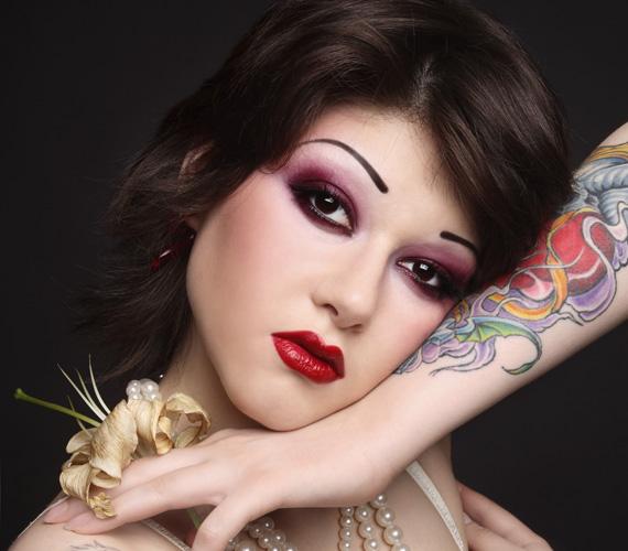 Bárcsak ne kellene szót ejteni a tetovált szemöldökről, de sajnos még mindig sokan mászkálnak vele az utcán. Hiába szép a vonal, nagyon természetellenes lesz a hatása.