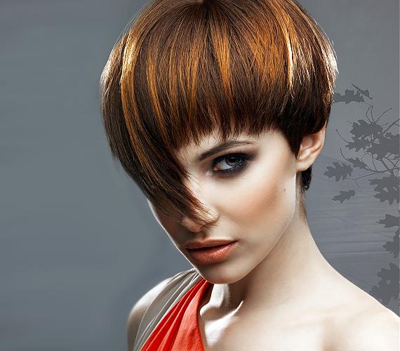 A vékony szálú haj dúsabbnak hat a kontrasztos, éles vágásoktól és a frizurába rejtett világos reflexszínektől, így nem kell folyton a beszárításával foglalatoskodnod.