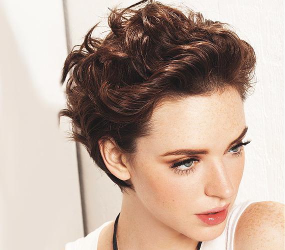 Hullámos hajból is lehet nőies, rövid fazont vágatni. Ez a frizura sokféleképpen variálható, ráadásul pillanatok alatt belőhető.