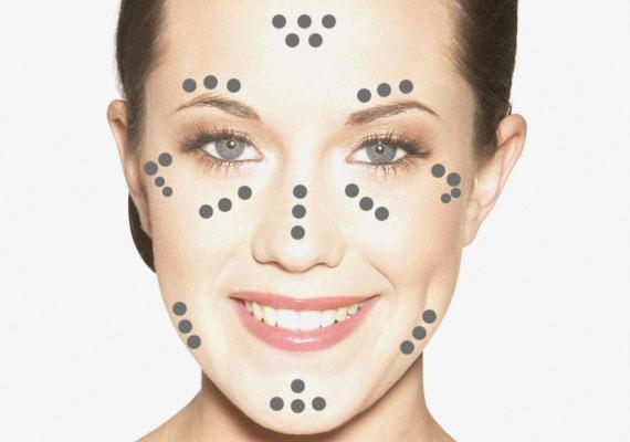 Az arcod körvonalainak megrajzolását követően tegyél fel egy kis highlightert, vagyis egy világosabb színt a homlokod közepére, a szemöldököd fölé, az orrcsontodra, az orcádra, az állcsontodra, valamint az álladra is!