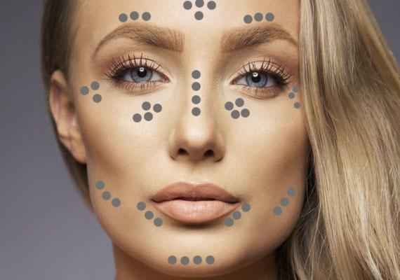 Szögletes arc esetén is vigyél fel highlightert a szemöldök fölé, az orrcsontra vagy a homlokod közepére, az eddigi formáktól eltérően azonban tégy az ajkak széleihez is!