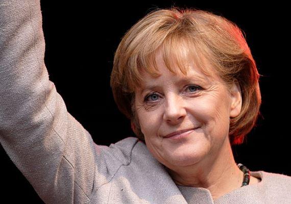 2008-ban Merkel kapta a Nemzetközi Károly-díjat, ami az egyik legrangosabb nemzetközi díj, 1950 óta ítélik oda, évente mindössze egy személynek. Kitüntetettjeinek névsora kicsit a XX. század második felének történelme is. Szolid, de a megszokottnál picit erősebb smink, és a frizura, ami változatlan.