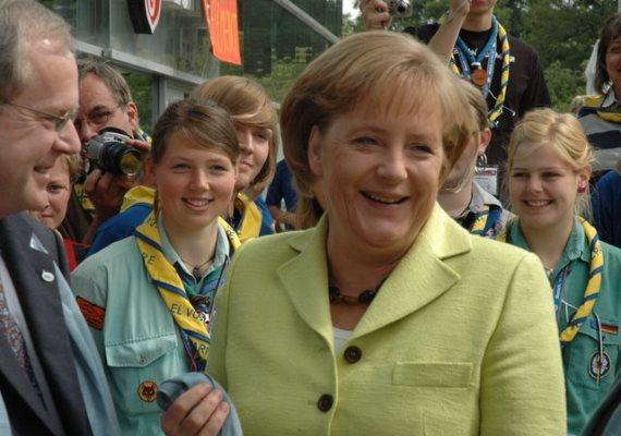 Merkel 2009-ben a brémai evangélikus templomnál - visszafogott, banánzöld kosztümben.