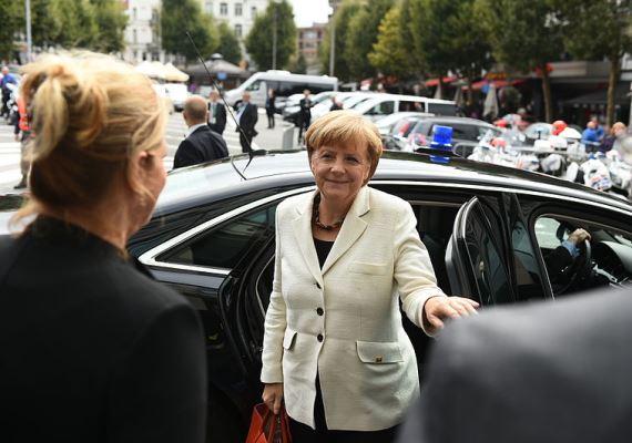 Érkezés Brüsszelbe, az Európai Parlamenthez: a kép tavaly készült, de a kancellár ugyanúgy néz ki rajta, mint megválasztása idején, talán az arca kicsit fáradtabb.