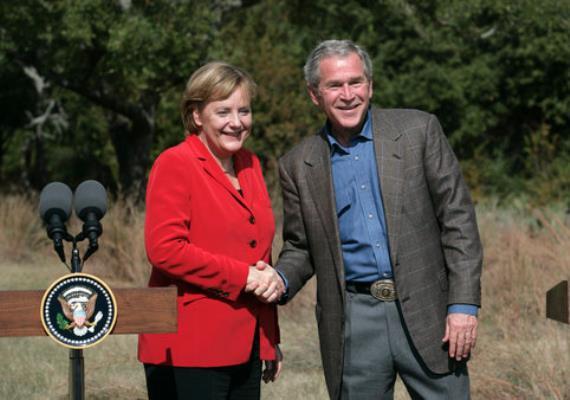 Angela Merkel George akkor is a megszokott fazonú blézert viselte, amikor W. Bushsal találkozott 2007-ben. A mosoly viszont határozottan fiatalít a kancelláron.