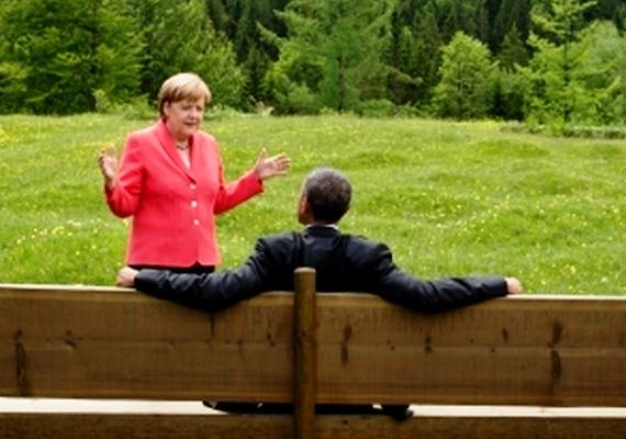 Ez a fotó pedig már 2015-ös: Merkel és Barack Obama, az Egyesült Államok elnöke a G7 csúcstalálkozó idején vonult ki a szabadba egy kis négyszemközti beszélgetésre. A tárgyalás láthatóan nem protokolláris, de Merkel megjelenése itt is a megszokott.