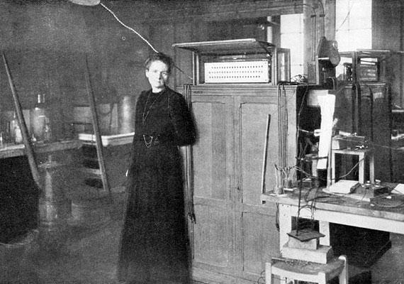 Marie Curie halálát a radioaktivitással kapcsolatos kutatásai során elszenvedett sugárzás okozta, melynek egészségpusztító hatásait akkoriban még nem ismerték.