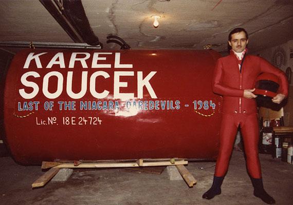 """Karel Soucek, a fenegyerek, a """"kapszula"""" megálmodója, aki egy tubusba zárva utazott le a Niagara-vízesésen 1984-ben. Sajnos a következő évben, amikor meg akarta ismételni a kalandot, már nem járt sikerrel."""
