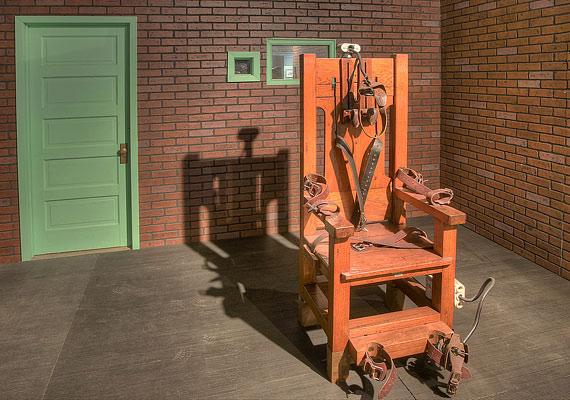 Charles Justice a börtönbüntetése alatt segédkezett a villamosszék továbbfejlesztésében - őt magát is ezzel a szerkezettel végezték ki 1911. november 9-én.