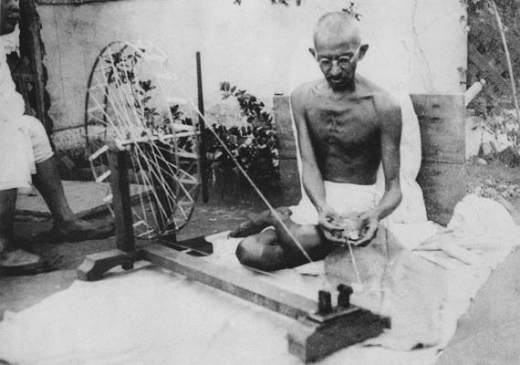 Mohandas Karamchand Gandhi az indiai függetlenségi mozgalom politikai és lelki vezetője volt. 1948-ben lőtték le, imaóra közben.