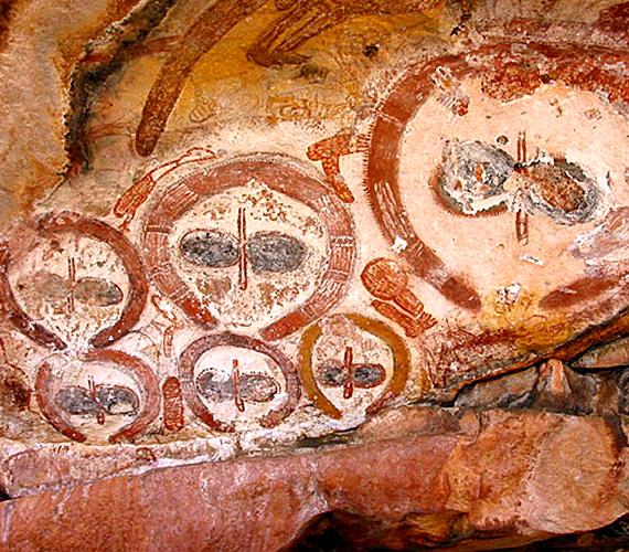 Az ausztrál, wandjinai rajzok a mai sci-fik idegenjeihez hasonlóan ábrázolják a furcsa alakokat. A képek körülbelül ötezer évesek.