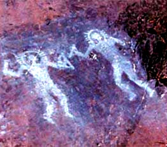 A híres olasz, Val Camonica-i rajzok i. e. 10 000 környékén születhettek. Úgy tűnik, mintha két űrhajósnak látszó alak védőruhát viselne.