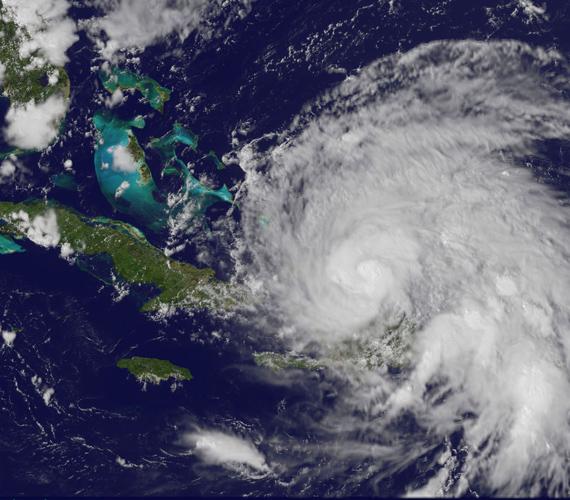 A 2011. augusztus 23-án délután készült fotón az látható, ahogy az Irene hatalmas felhőmagja megközelíti a Bahamákat.