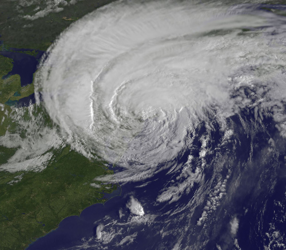 A látványos és félelmetes fotó helyi idő szerint reggel 8:32-kor készült, 28 perccel azelőtt, hogy az Irene lecsapott New Yorkra.