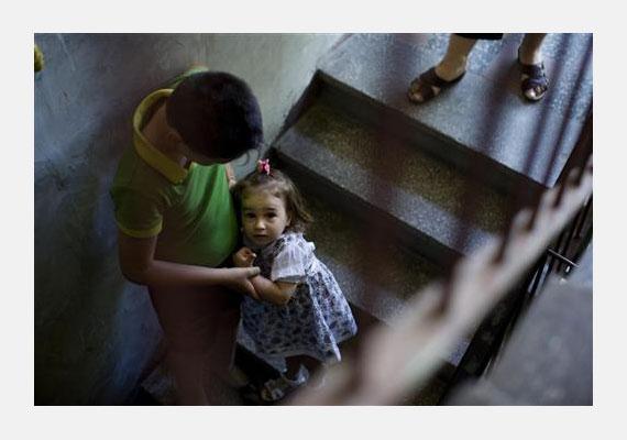 Alisa hároméves, Romániában él, hat testvére van - mivel a szülei nem tudták ellátni őt, egy árvaházban várja az örökbefogadást.
