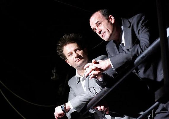 Két rabtartója – a humanista Coulmier abbé és felettese, az intézet keménykezű főorvosa – a legvégsőkig elmegy, hogy a márkit lecsendesítse.